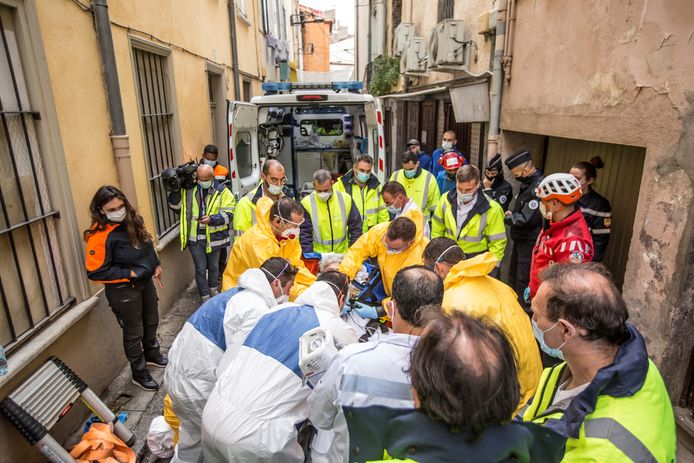 Brandweermannen en hulpverleners staan in Perpignan om de naar beneden getakelde Alain Panabière.