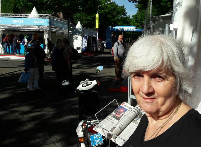 De Amersfoortse Sonja Kok heeft een tatoeage van het Vierdaagsekruis op haar kuit laten zetten.