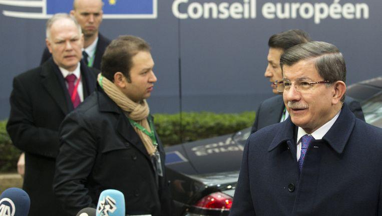 De Turkse premier Davutoglu (rechts) voor aanvang van de top in Brussel. Beeld ap
