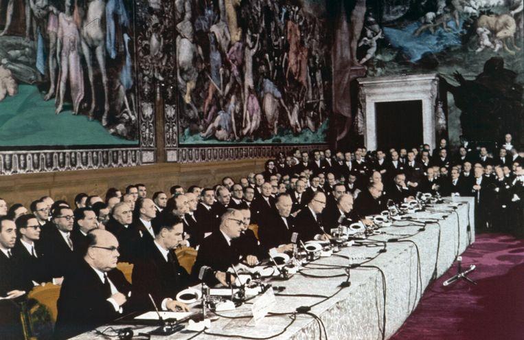 25 maart 1957: zes landen ondertekenen het verdrag van Rome. Vooraan uiterst links op de foto zit de Belgische minister van Buitenlandse Zaken, Paul-Henri Spaak.