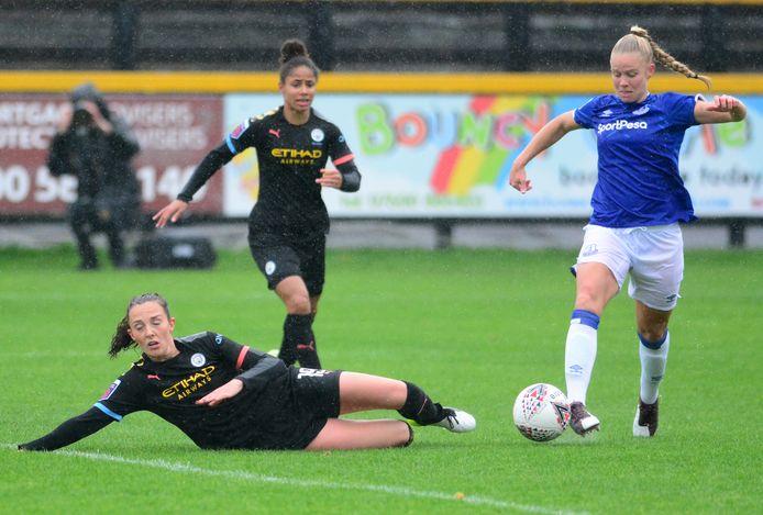 Kika van Es namens Everton in actie tegen Manchester City.