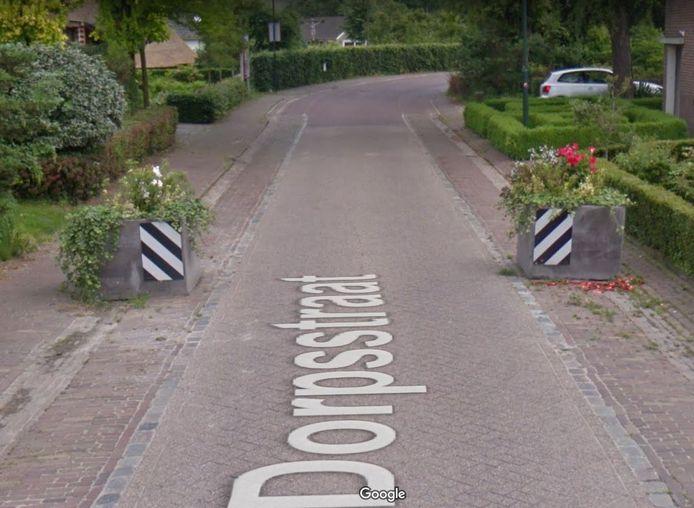 De bloembakken in de Dorpsstraat in Esch hebben inmiddels plaats gemaakt voor paaltjes, want dat is veiliger in verband met spelende kinderen.