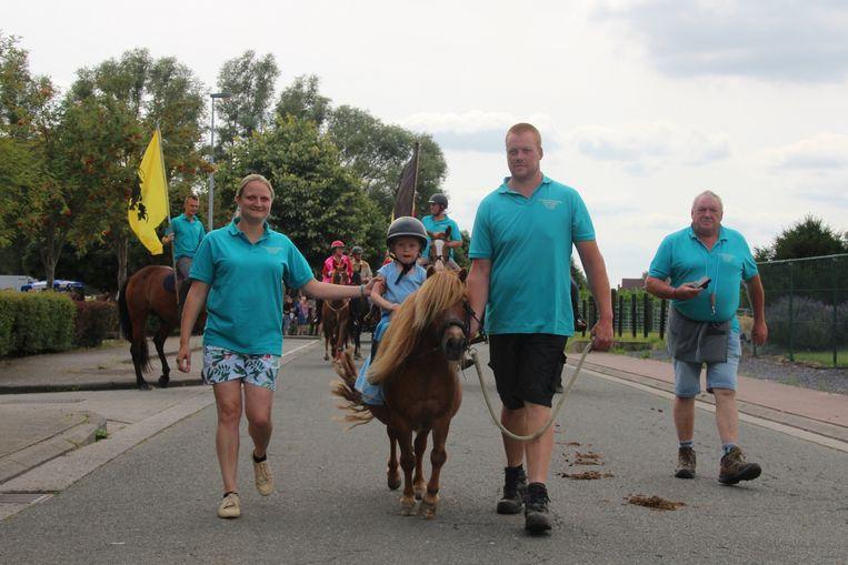 Amélie (3) opende dit jaar de paardenommegang van Bambrugge.