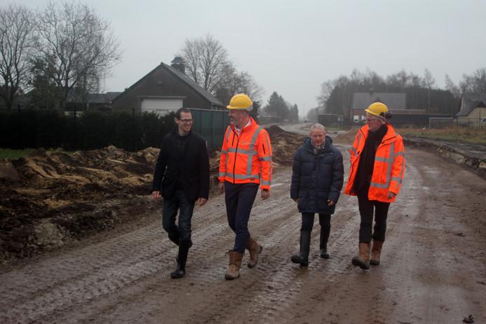 Wethouder Martien de Bruijn (links) en projectmanager Ad van Dorst (blauwe jack)nemen in 2018 een kijkje bij de aanleg van de Verlengde Vosdonkseweg.