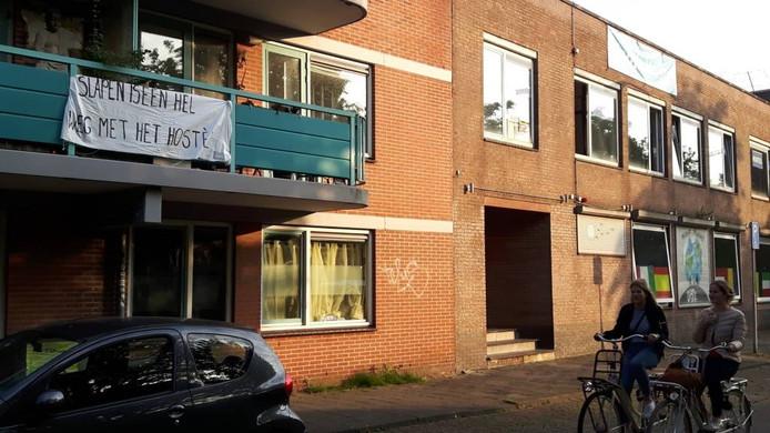 Omwonenden hingen spandoeken op uit protest tegen overlast, die volgens hun is veroorzaakt door gasten van het hostel.