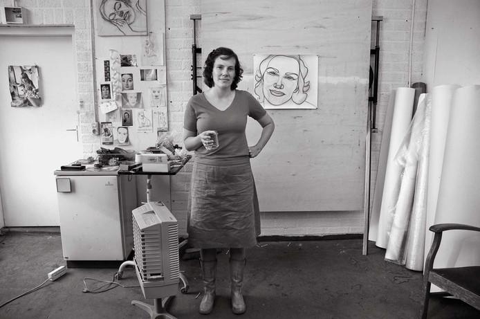 Rosemin Hendriks is een van de kunstenaars die door Ivonne Zijp in het atelier werd geportretteerd. foto Ivonne Zijp