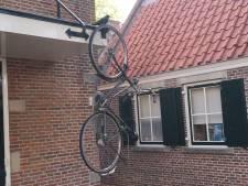 Vandalen hangen overal fietsen op in centrum Bunschoten: 'Dit zijn dronkenmansstreken'