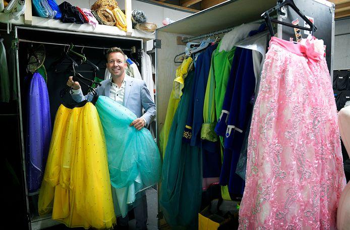 Michael van Hoorne, tussen de kleding van zijn theaterstukken.
