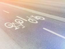Bejaarde vrouw rijdt over fietspad vol schoolkinderen in Tubbergen
