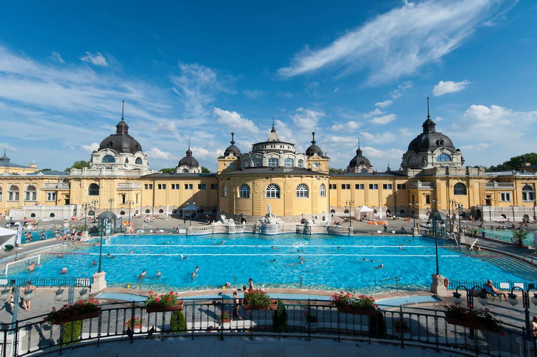 Een van de drie buitenzwembaden van het Szechenyi kuurbad in Boedapest.