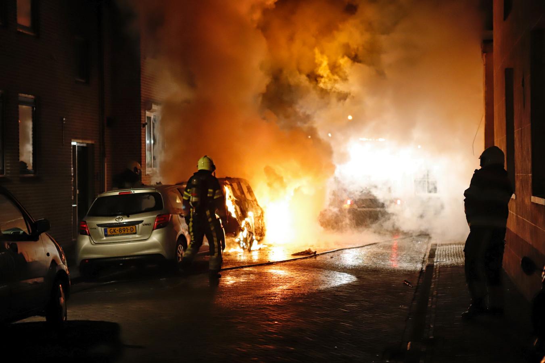 De vlammen slaan eruit bij autobrand in het centrum van Grave.