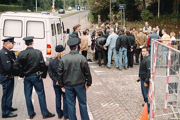 Rechters, advocaten en verdachten van de Villamoord worden in 1999 rondgeleid langs de villa aan de Apeldoornseweg.  Foto Marc Pluim