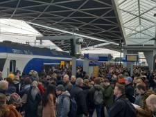 NS staakt op de vroege ochtend: overvolle treinen en perrons