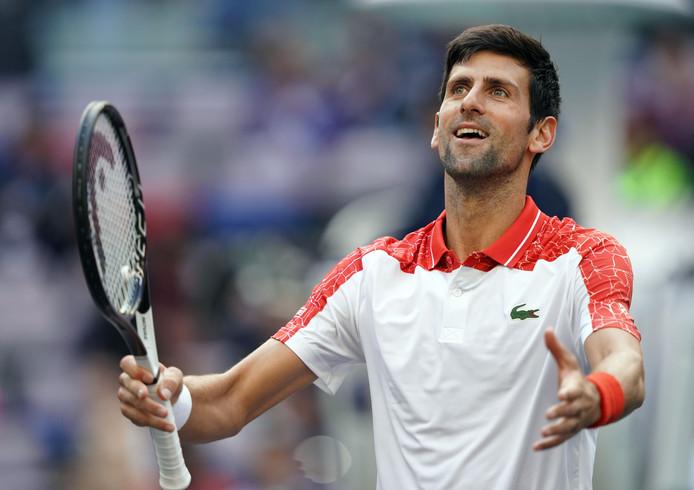 Novak Djokovic viert zijn over winning op Marco Cecchinato.
