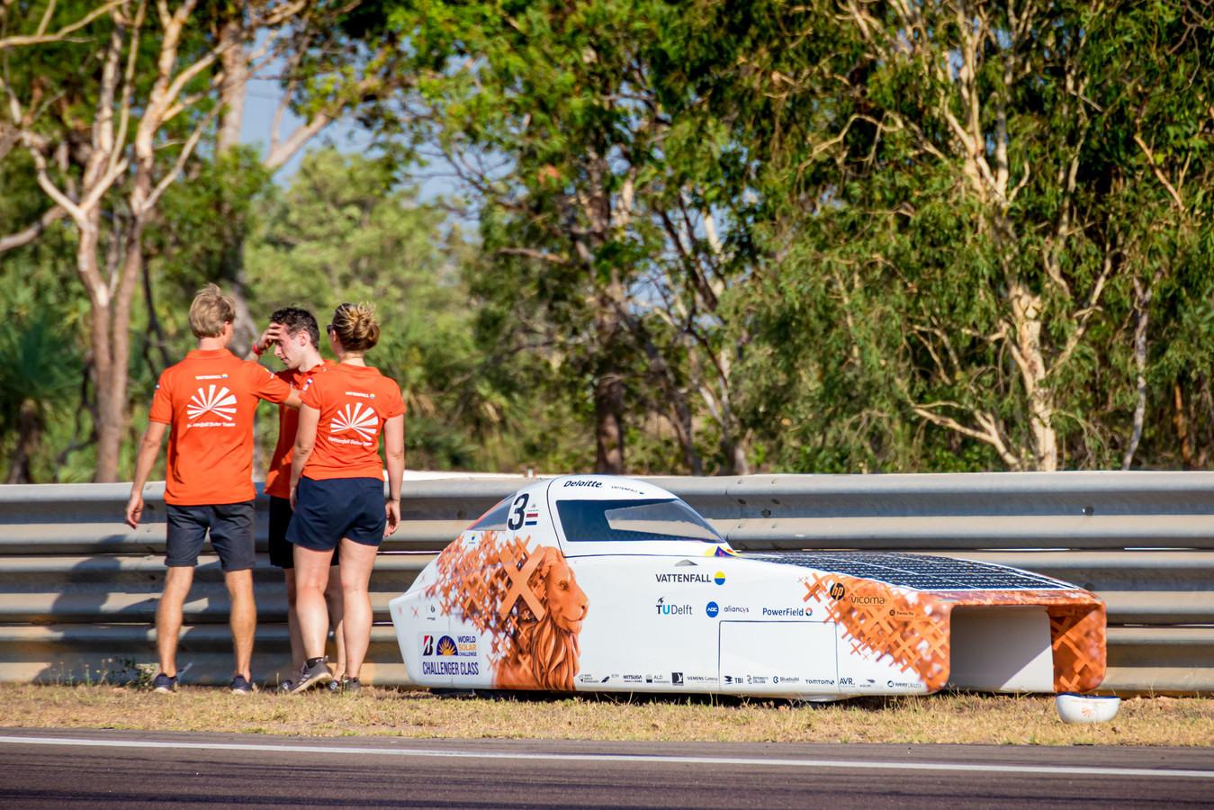 Het Vattenfall Solar Team is geschrokken nadat zonnewagen NunaX de vangrail heeft geraakt tijdens een testrit op Hidden Valley Circuit.