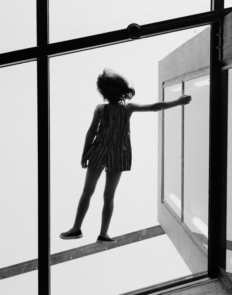 Even angstwekkend als engelachtig lijkt het meisje te zweven voor een geopend raam.  Beeld Thomas Manneke