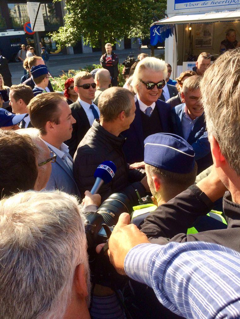 Onder enorme belangstelling arriveerde Geert Wilders op de markt. Hij kwam het Vlaams Belang steunen in hun strijd tegen islamisering, die niet samengaat met vrijheid. Wilders wees erop dat hij zelf al 14 jaar zijn vrijheid kwijt is. Eerste stop: karakollenkraam