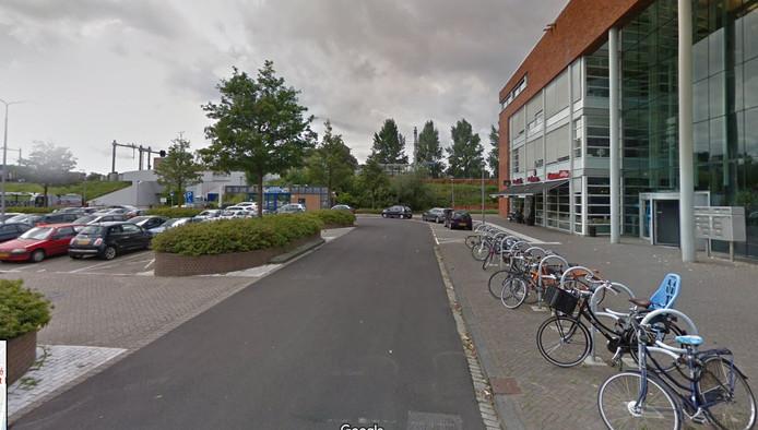 Het Dudokplein in Dordrecht. Met achteraan Station Stadspolders en aan de rechterkant Het Palet, met onder andere grandcafé Boekmans, de bibliotheek en gymzalen.