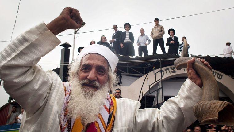 Een Joodse man danst met de 'shofar', ramshoorn, tijdens Rosh Hashanah. Beeld EPA