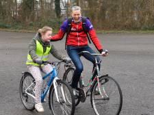 Annie deed theaterwerk en geeft nu fietsles: 'Hooooooly shit! Ik kan het!'