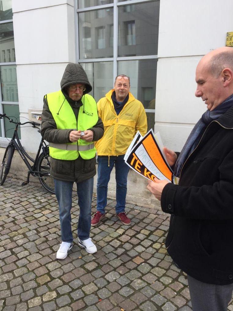 """Oppositiepartij N-VA heeft dinsdag ludiek actie gevoerd aan het voormalige Dexiagebouw in de Befferstraat in Mechelen. Ze hing er affiches 'te koop' om het stadsbestuur """"te helpen""""."""