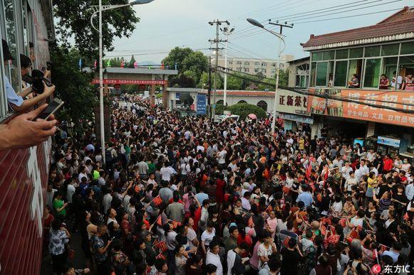 Duizenden ouders stroomden dinsdag toe in de straten van Maotanchang, in het oosten van China, om hun kind uit te zwaaien en geluk te wensen bij het examen.