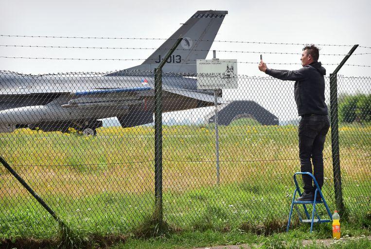 Een spotter op vliegbasis Volkel, Noord-Brabant, waar kernwapens liggen opgeslagen. Beeld Marcel van den Bergh / de Volkskrant