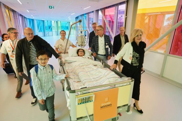 Sidney wordt als eerste patiëntje samen met haar ouders en broer naar het Prinses Máxima Centrum gereden.