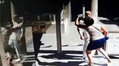 Opvallende beelden: vrouw steelt mondkapje van etalagepop in winkelstraat
