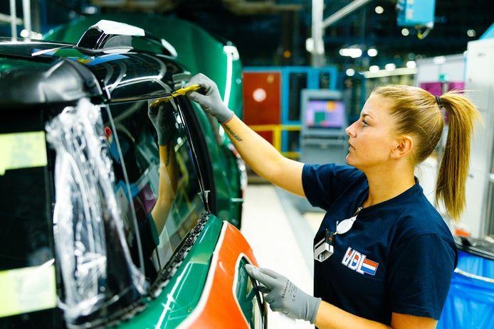 De productielijn voor Mini bij Nedcar in Born