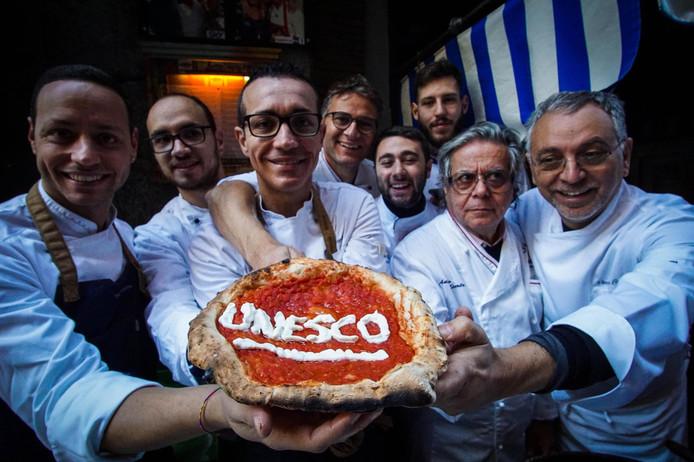 Napolitaanse 'Pizzaiuoli' (pizza bakkers) vieren de toekenning hun pizza  op de UNESCO lijst van immaterieel erfgoed. Foto Cesare Abbate
