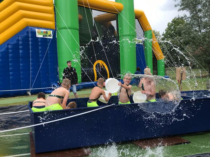 Het was zaterdag rillen voor de kinderen tijdens de zeskamp in Bakel, maar dat kon de pret niet drukken.