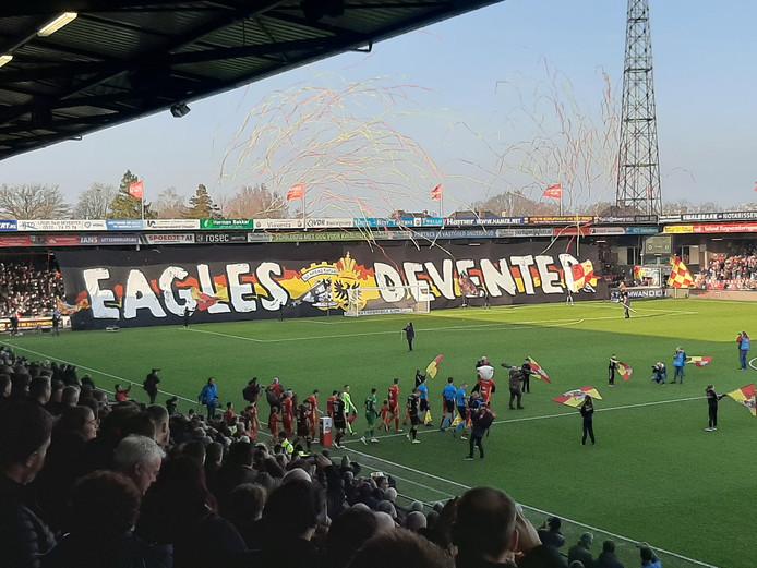 Het fraaie spandoek van de fans van GA Eagles.