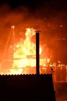 Grote brand verwoest schuur in Wemeldinge: woning zwaar beschadigd, bewoners moeten nacht elders doorbrengen