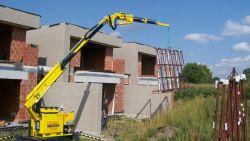 Spectaculair: kraanspecialist gaat tot uiterste om ramen te plaatsen