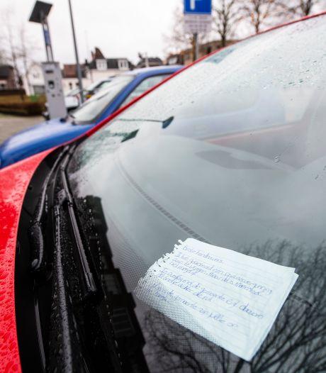 Briefje achter voorruit voorkomt boete in Apeldoorn, nieuwe opzet parkeervergunningen faalt