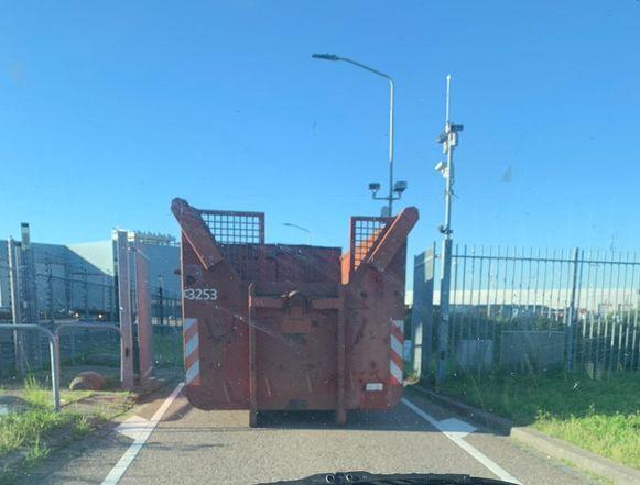 Deze container blokkeerde vrijdag een tijdlang een van de toegangen tot de Transportzone Meer/Hazeldonk.