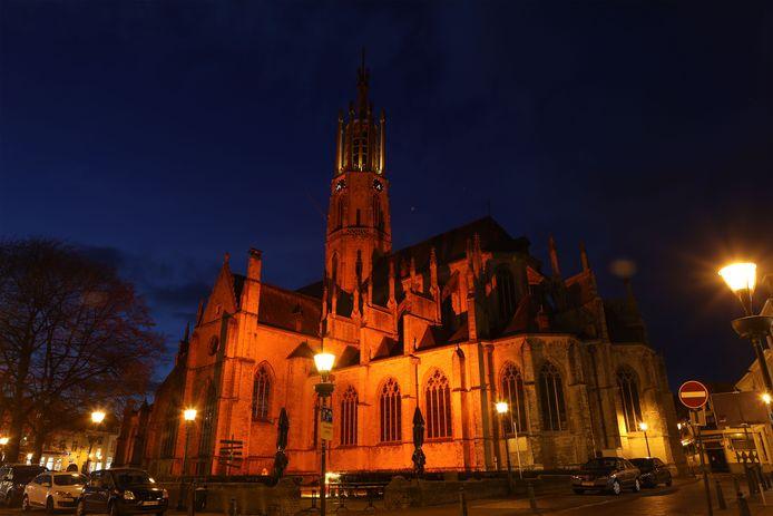 De basiliek in Hulst baadt in een roodachtig licht.