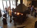 De siersmederij van Phoenix waar cursisten een introducee mochten laten smeden.