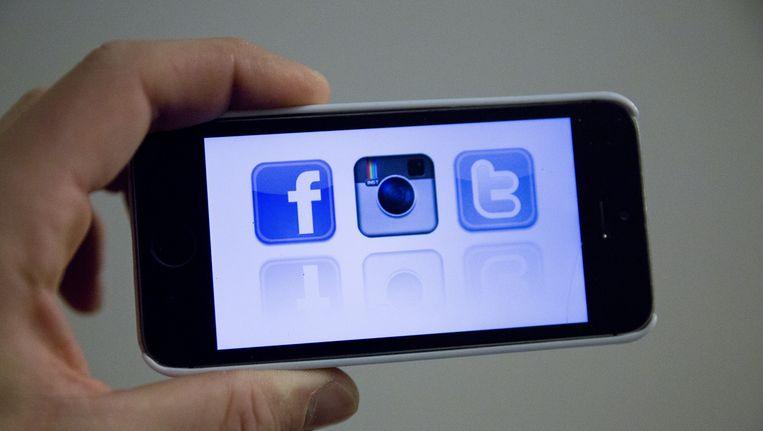 Facebook en Twitter als applicatie op een smartphone. Nederlanders kunnen bijna niet meer zonder. Beeld anp