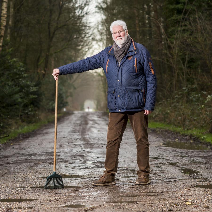Burtbewoner Dick Heesen verzet zich samen met andere omwonenden tegen asfaltering van de Ossenbeltsedijk.