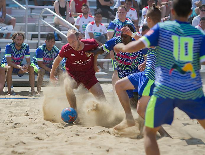 Beach Soccer Zeeland (rood tenue) in actie in Amerika.