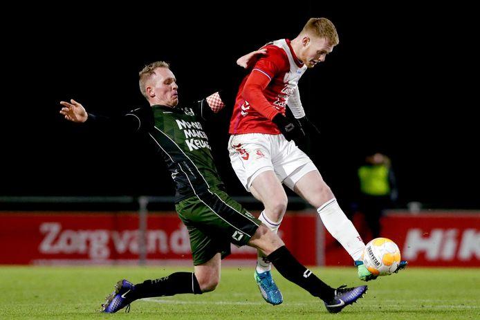 RKC-er Henrico Drost in duel met Jonas Arweiler van Jong-FC Utrecht.