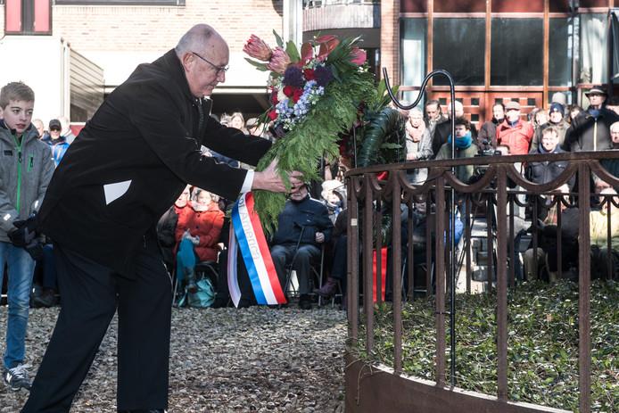 De Amerikaanse ambassadeur Pete Hoekstra legt een krans bij monument De Schommel.