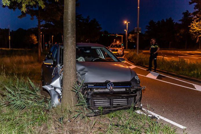 Dronken bestuurder rijdt tegen boom in Tilburg.