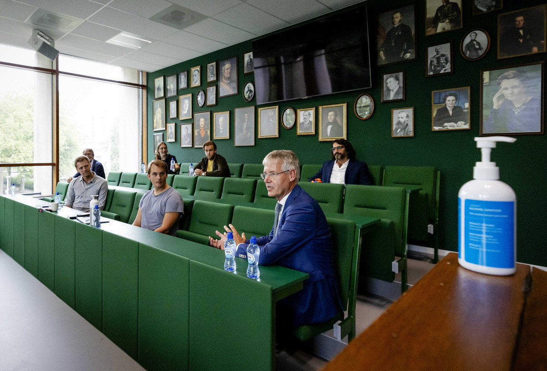 Minister Arie Slob voor Basis- en Voortgezet Onderwijs praat met leraren tijdens de start van het schooljaar op middelbare school Lumion in Amsterdam. Voor die regio, Noord, zat de zomervakantie er twee weken geleden als eerste op.
