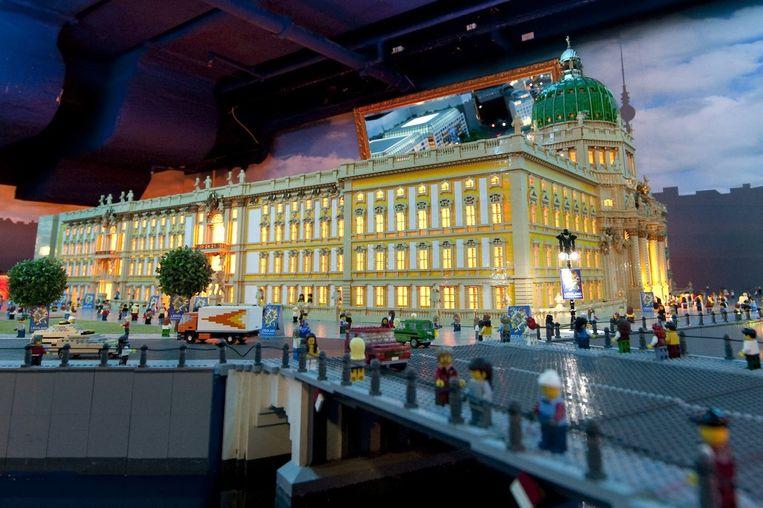Een model van het Berliner Stadtschloss, gemaakt van Legoblokjes. Beeld anp