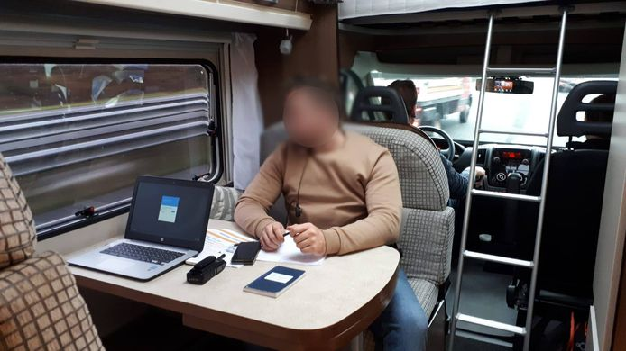 De politie controleerde vanuit een camper of bestuurders hun mobiel gebruikten tijdens het rijden.
