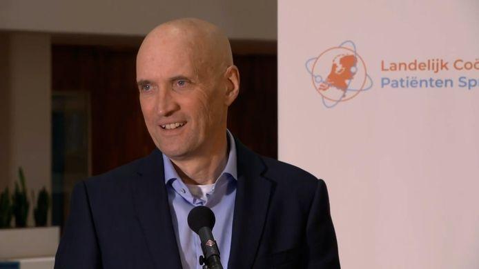 Ernst Kuipers praat tijdens een persconferentie in het Erasmus MC over de nieuwste coronaontwikkelingen.