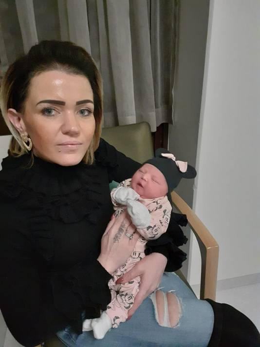 Tante Sharona met Zara-Lizzy op de dag dat de baby werd geboren.